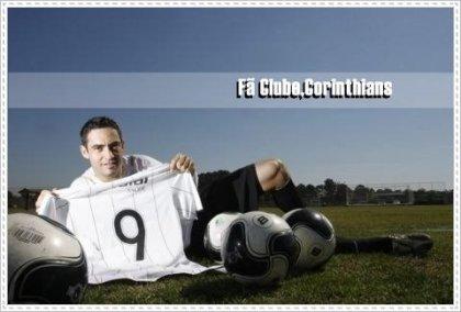 Chicão, artilheiro e autor do primeiro gol, homenageando Ronaldo