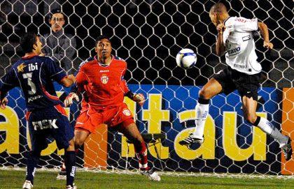 Jean, de cabeça, marcou o segundo gol do Corinthians na partida