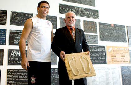 Antes da partida, Ronaldo foi homenageado com placa e pisou na calçada da fama do Mineirão.