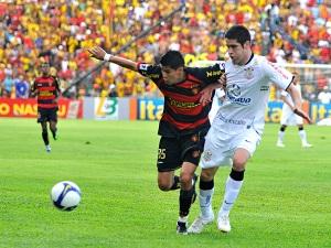 Marcelo Oliveira na disputa de bola com o ex-corinthiano Arce